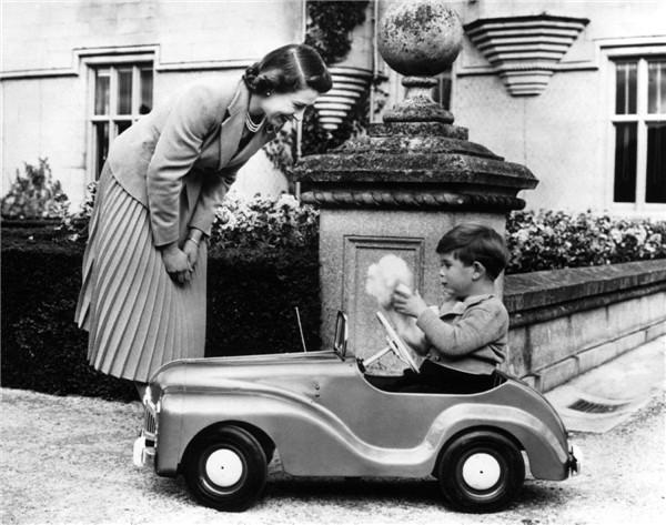 queen-elizabeth-ii-prince-charles-1952